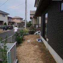 着工前、道路との距離が近い細長のお庭を工事します。