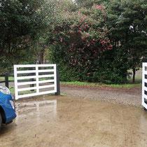 内側から見た様子、奥行きのある駐車場だったので扉を内側に開いても自動車には当たりませんでした。