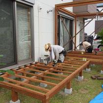 床を貼る前、30cmピッチの根太を敷きこみ丈夫に作ります。