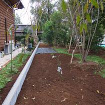 ブロック完成後、次は土台設置タイプのウッドフェンスを施工。