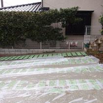玉砂利を打設直後、不意の悪天候で雨が降り続けました。養生しながら施工中。