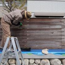 洗浄後日、塀を養生してからオイルステインを塗り始めます。
