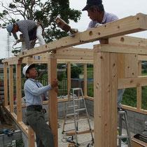 木造ガレージは、サイプレスとヒノキを使った在来工法。大工さんの本領発揮です。