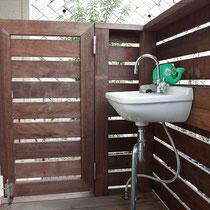 中にはシンプルな手洗いと扉もついてます。