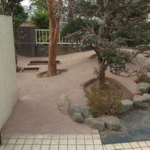 固まる土を平均40mm位に広げて、木ごてで粉末状の舗装材をならします。