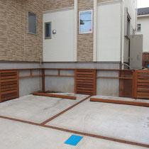 奥庭に続く階段部分は、フェンスと同じ仕上げの扉で隠します。車止めも同じ素材のイタウバで作成。