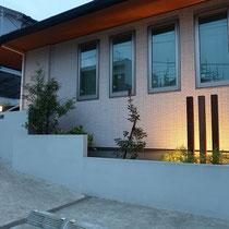 施工後の夜の撮影。3本のイタウバ列柱に間接照明を入れて、印象的な花壇になりました。