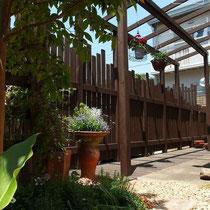 プライバシー確保したお庭、デッキで床面がフラットになり使い勝手が良くなりました。