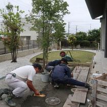 敷石は厚みが薄いので、基礎にはコンクリートを打設してから一枚一枚据え付けていきます。