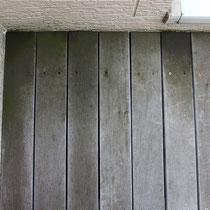 メンテナンス実施前。砂塵や苔で落ちにくい汚れが付着しています。このまま放置すると木材の寿命も短くなってしまいます。