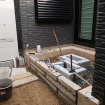 あらかじめ切断して割付を決めてきた縁石を、順番にモルタルで設置していきます。