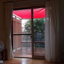 いつでも窓を開け放しておきたくなる、目隠しフェンスのついたプライベートウッドデッキです。