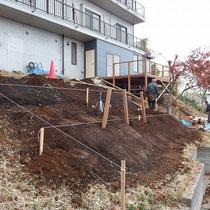盛土をしたのち、ウッドフェンスの柱をたてこんでコンクリートで固めていきます。