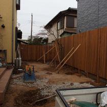 まっさらになったお庭に、まずは埋込の目隠しフェンスを施工します。
