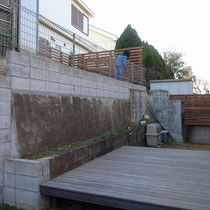 フェンス工事が完了したところ。ウッドフェンスで段差のあるお庭全体の統一感が生まれました。