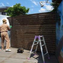 エアストリームや看板に接続するフェンス。塗料が飛んだりはみ出したりしないよう、予め養生を丁寧にします。