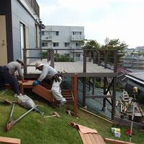初日に設置した束石の上に、作業場で作成してきた階段パーツを順番に設置していきます。