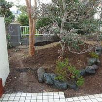 雑草処理後、埋もれていた石組みもひとつひとつ洗い出して整地します。