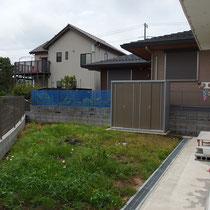 施工前の三角形の広いお庭。草刈りの手入れに追われる日々でした。