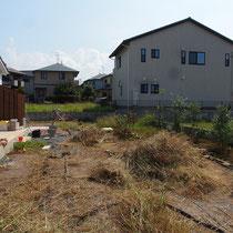 着工前、まずは伸びた雑草を取り除き、敷き詰めた雑草防止シートを処分します。