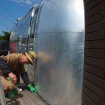 塗装作業は養生がポイント、しっかりと入念にカバーします。