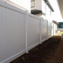 すき間のないバイナルフェンス工事が完了。高さ2mの壁が、清潔感ある真っ白の仕上がりで楽しめます。