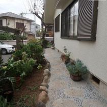 現場発生の石材を使った和風の石積花壇と那智黒舗装の園路、広くなって歩きやすいです。