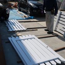 工場で加工し塗装してきたウッド門扉、イタウバで造作しました。