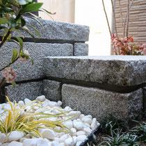 御影石の重厚感が感じられる、厚みを見せる積み方。高低差のある二つの花台が出来ました。