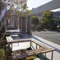 施工前、大きく育ちすぎた植栽や古いベンチを撤去し、洗練された印象のエントランスに仕上げていきます。