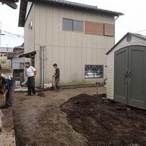 まずは地面を耕起し雑草を除去、不要な土を処分して物置も一度動かし基礎をつくります。