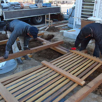 大型木製フェンスは事前に作成してきたものを、クレーンで吊りながら設置しました。