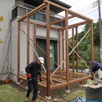 大引の上に根太を配置して三重構造に仕上げます。