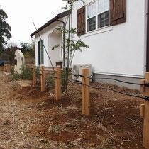 工事直後、木材の柱にアイアンの飾りフェンスを取付しました。サイプレス材は防腐処理しなくても長持ちするので、経年劣化でグレーに変わるのが楽しみでした。