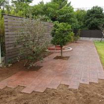 完成イメージ、規則的にならないよう目地をずらして完成した枕木風スタンプコンクリート。