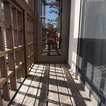 施工前の様子、床面は軒下という事もあり損傷はあまり見られませんでした。