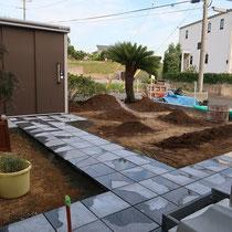 粘土質の土壌を掘削、不要な土を処分したのちにコンクリート平板を据付します。