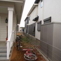 着工前。隣地との目隠しを兼ねた背景となるフェンスを施工します。