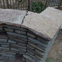 笠木は一枚物の板石を加工。作業中に割れてしまいましたが、継ぎ目も自然な風合いに仕上げます。