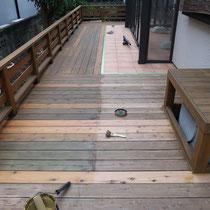塗装途中、ナチュラルな色目の木材防腐塗料で仕上げていきます。