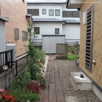 施工前、腐食し始めた枕木を撤去し、新たにアプローチと植栽スペースを作ります。