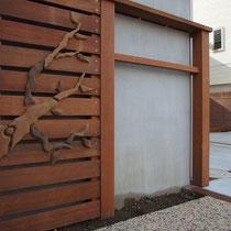 枝のレリーフを付けたフェンス。建物の味気ない深基礎に装飾をつける目的のご提案です。