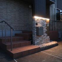 夜にはアルミ笠木に仕込んだLEDライトで、印象的な門柱が更に際立ちます。