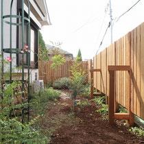 施工後、フェンスができるとお庭の背景になり、植物も一層引き立ちます。