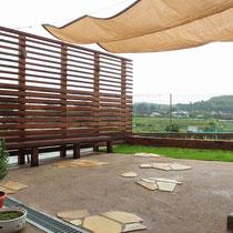 完成したお庭。一番のポイントは脱着可能なシェードによる、広いお庭での木陰づくりです。