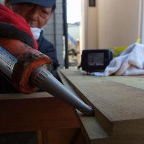 屋根は合いじゃくり加工した木材のコーキング貼り。片流れ勾配で雨漏りの心配をなくします。