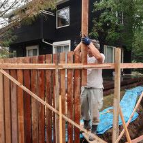 施工中の様子、木枠で列柱を仮抑えしながら、一本一本据え付けていきました。