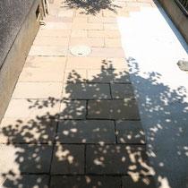 左側の一列60cmは、コンクリートで固定せず取り外しが可能です。(設備メンテナンスの都合により)