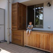 既存の収納ボックスと並べても美しくなじむ、特殊な形状の木製収納庫が完成しました。