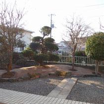 完成写真、雑草で埋もれていた石積もくっきりと表れて表情があるお庭になりました。
